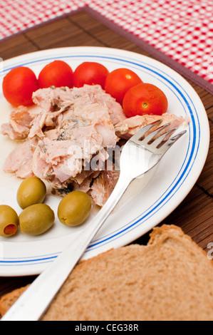 Sgombri con alcune verdure fresche su una piastra bianca, chiudi immagine in alto Foto Stock