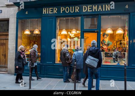 """Parigi, Francia, persone nel quartiere di Le Marais, Window Shopping, """"Hier Pour domani"""" Vintage negozio di casalinghi Foto Stock"""