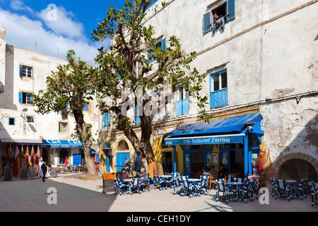Caffè nel luogo Chefchaouni vicino a La Medina e la Kasbah, Essaouira, Marocco, Africa del Nord Foto Stock