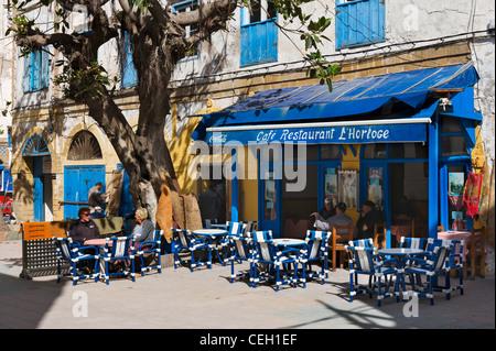 Il cafe ristorante L'Horloge nel luogo Chefchaouni vicino a La Medina e la Kasbah, Essaouira, Marocco, Africa del Foto Stock