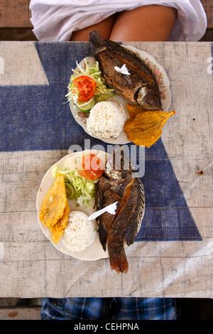Semplici ma gustosi frutti di mare dei Caraibi il pranzo impostato su una semplice spiaggia-side table. Le gambe Foto Stock