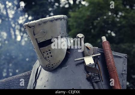 Casco medievale con spada e shild