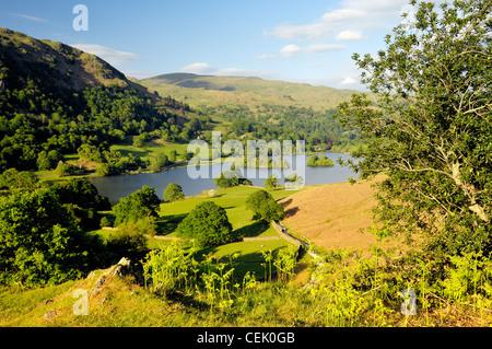 Parco Nazionale del Distretto dei Laghi, ambleside, cumbria, Inghilterra. Ad est oltre Rydal acqua dalla terrazza Loughrigg. Estate Foto Stock