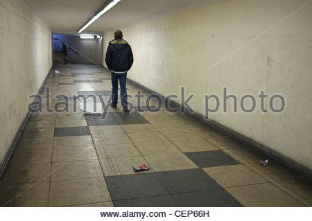 Uomo che cammina attraverso un sottopassaggio, Birmingham, Regno Unito. Foto Stock