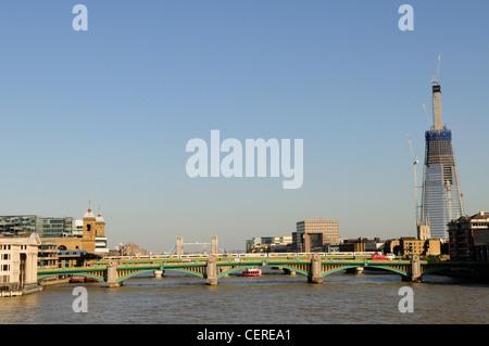 Vista lungo il Tamigi verso Southwark Bridge e la Shard London Bridge. Foto Stock