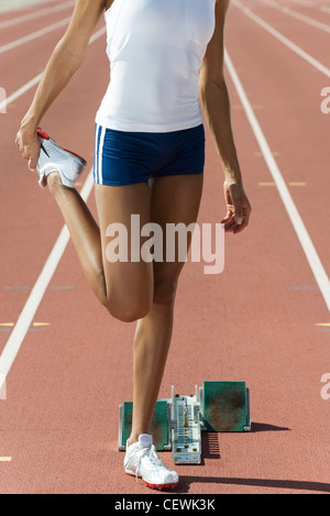 Guida femmina stretching, ritagliato Foto Stock