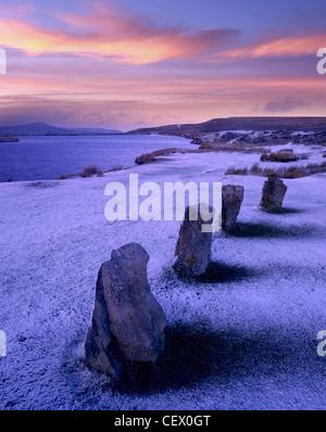 Lago e pietre in piedi su una coperta di neve di montagna. Foto Stock