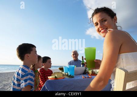 Famiglia di mangiare all'aperto Foto Stock