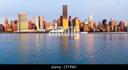 Skyline di Manhattan visto dall'East River, New York, Stati Uniti d'America Foto Stock