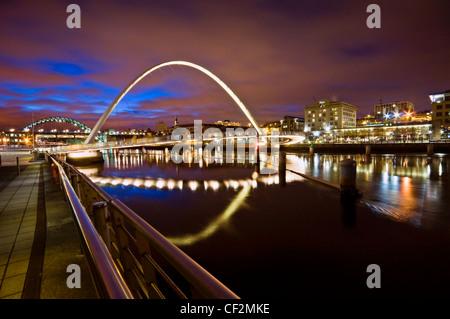 Gateshead Millennium Bridge sul fiume Tyne, un ponte pedonale e ciclabile che collega la ri-sviluppato waterfronts Foto Stock