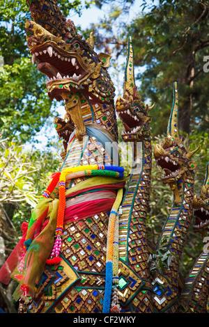 Draghi a guardia di un buddista tailandese tempio; Chiang Mai Thailandia Foto Stock