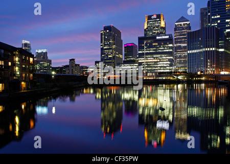 Grattacieli di Canary Wharf accesa al crepuscolo. Foto Stock