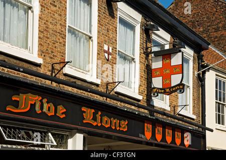Digital Signage al di fuori dei cinque leoni hotel nel centro di York. Foto Stock