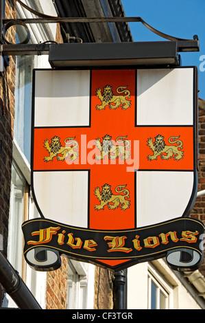 Segno appeso al di fuori dei cinque leoni hotel nel centro di York. Foto Stock
