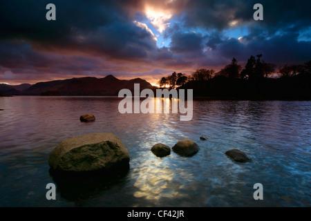 Tramonto sulla Derwent Water nel distretto del lago. Foto Stock