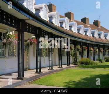 Cesti floreali pendenti al di fuori del cottage in Port Sunlight. Le case sono state costruite originariamente per Foto Stock