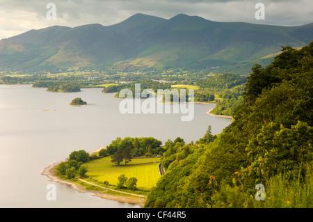 Una vista su Derwentwater e Keswick in Cumbria. Foto Stock