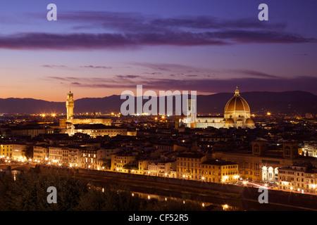 Vista del Palazzo Vecchio e il Duomo in luce della sera dal Piazzale Michelangelo, Firenze, Toscana, Italia, Europa Foto Stock