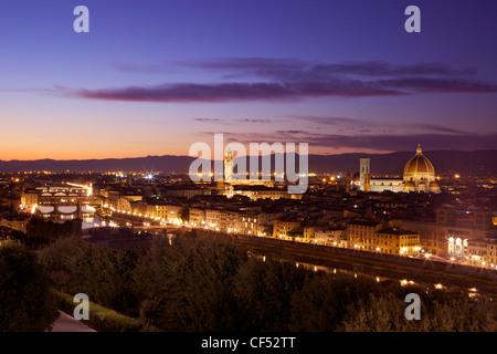Vista panoramica del Ponte Vecchio, il fiume Arno, il Palazzo Vecchio e il Duomo in luce della sera dal Piazzale Foto Stock