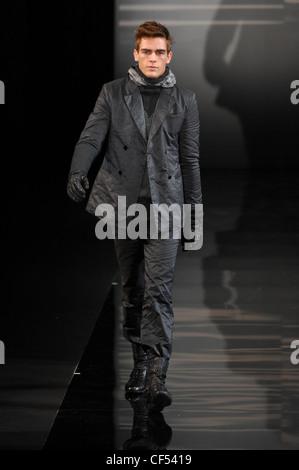 ... nero  Milano Emporio Armani Menswear pronto a indossare tuta in Nylon   modello corto pelo rosso indossando 21099b9e2caf