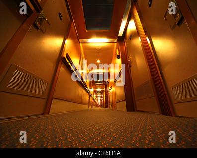 Lungo Il Corridoio In Inglese : Lungo il corridoio della nave da crociera foto immagine stock