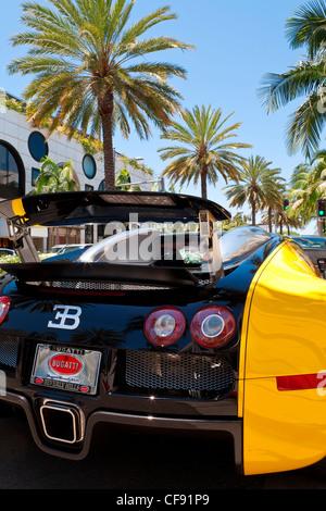 Auto di lusso parcheggiato su di Rodeo Drive e Beverly Hills, Los Angeles, California, Stati Uniti d'America
