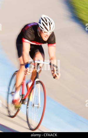 Ciclista sulla pista da corsa. Foto Stock