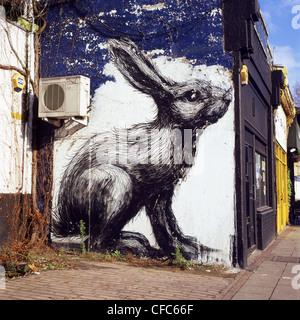 Illustrazione di una lepre o coniglio da artista ROA su una parete Hackney Road East End di Londra Inghilterra REGNO Foto Stock