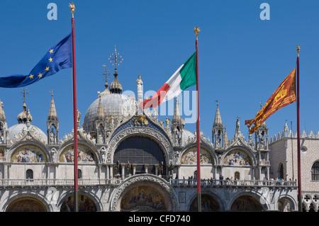 Piazza San Marco con le bandiere della UE, Italia, e il leone di Venezia, Piazza San Marco, Venezia, Veneto, Italia Foto Stock