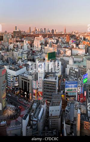 Vista in elevazione di Shinjuku skyline da Shibuya, Tokyo, Giappone, Asia Foto Stock