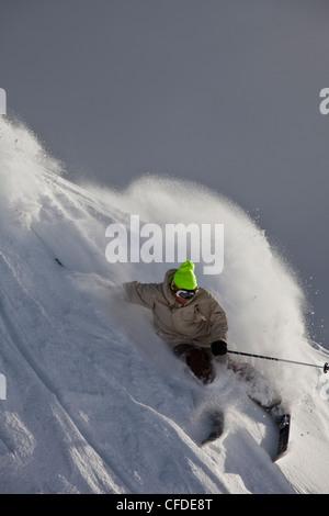 Un giovane maschio sciatore barre una polvere girare, Kicking Horse Resort, Britsh Columbia, Canada Foto Stock