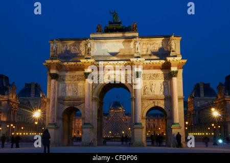 Arc du Carrousel, Place du giostra, con ottica in background di notte, Parigi, Francia, Europa Foto Stock