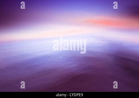 Il movimento delle onde sfocata e il cielo, il Lago Winnipeg, vicino a Gimli, Manitoba, Canada. Foto Stock