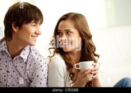 Gli amanti della felice guardando ogni altro e flirtare Foto Stock