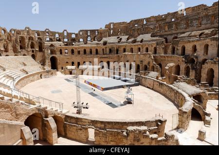 El Jem. La Tunisia. Da ovest a est vista della vasta arena ellittica e interno del magnifico color miele antico Foto Stock