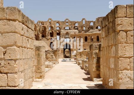 El Jem. La Tunisia. Vista parziale dell'arena ellittica e interno del magnifico color miele antico romano Foto Stock