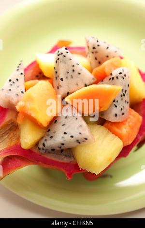 Una insalata di frutta tropicale in mezza dragonfruit Foto Stock
