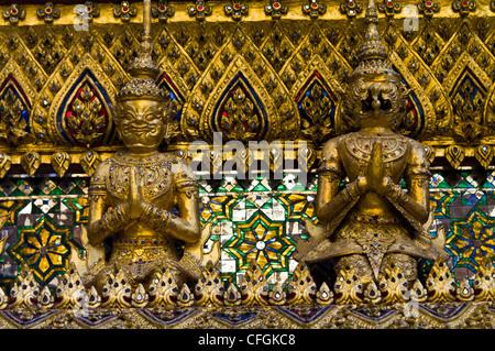 Piastrelle in vetro mosaico e foglia oro decorano la parte esterna