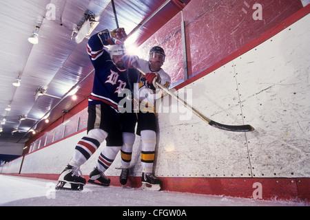 Giocatori di hockey su ghiaccio del controllo. Foto Stock