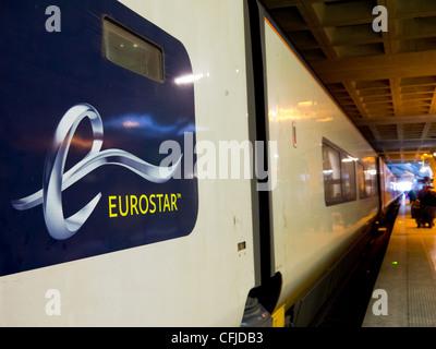 Eurostar simbolo sul lato di un treno in una stazione Foto Stock