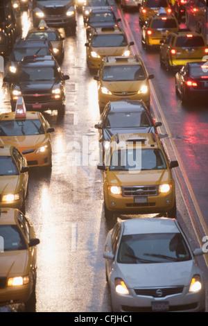 Taxicabs nella città di New York il traffico, STATI UNITI D'AMERICA Foto Stock