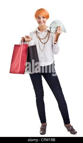Bella rossa con le borse della spesa e cash isolato su bianco Foto Stock