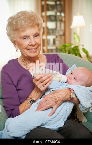 Stati Uniti d'America, Utah, Salt Lake City, ritratto di donna senior dando il latte al nipote (2-5 mesi) Foto Stock