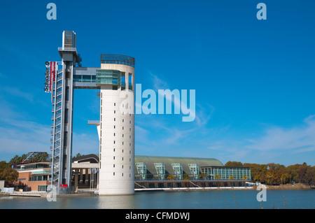 La Torre Panoramica Schindler (1992) lungo il fiume Guadalquivir centrale di Siviglia Andalusia Spagna Foto Stock