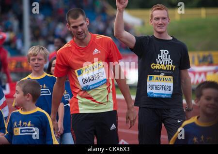 Robert Grabarz e Greg Rutherford, Gran Bretagna 2012 medaglia olimpica vincitori a salutare la folla dopo un giro Foto Stock