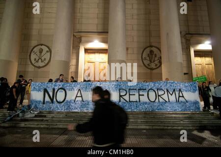 """Sett. 13, 2012 - Buenos Aires, Argentina - Un banner che recita """"No alla riforma"""" come circa 50.000 persone hanno Foto Stock"""