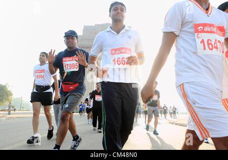 Sett. 30, 2012 - New Delhi, India - Delhi residenti partecipano in New Delhi Mezza Maratona come hanno gestito dalla famosa New Delhi landmark, l'India Gate. (Credito Immagine: © Subhash Sharma/ZUMAPRESS.com)