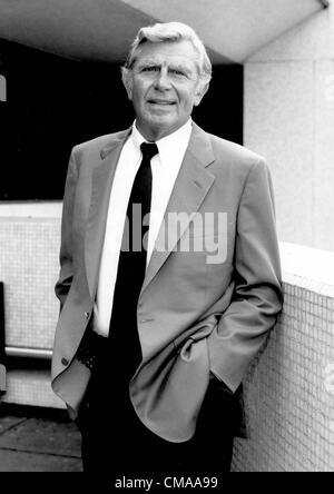 """3 luglio 2012 - North Carolina, U.S. - ANDY GRIFFITH (Giugno 1, 1926 - luglio 3, 2012), attore, regista, produttore, Grammy Award-winning Southern-vangelo cantante e scrittore morì nella sua casa sull Isola Roanoke nella contea di osare, North Carolina all'età di 86. Meglio conosciuta come sceriffo Andy Taylor nella serie TV """"Andy Griffith Show' e Ben Matlock in 'Matlock' (1986-1995). Nella foto - Aprile 19, 1987 - Andy Griffith a Londra. (Credito Immagine: © Uppa-Ipol/Globe foto/ZUMAPRESS.com)"""