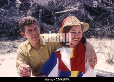 """3 luglio 2012 - North Carolina, U.S. - ANDY GRIFFITH (Giugno 1, 1926 - luglio 3, 2012), attore, regista, produttore, Grammy Award-winning Southern-vangelo cantante e scrittore morì nella sua casa sull Isola Roanoke nella contea di osare, North Carolina all'età di 86. Meglio conosciuta come sceriffo Andy Taylor nella serie TV """"Andy Griffith Show' e Ben Matlock in 'Matlock' (1986-1995). Nella foto - 1963 Andy Griffith con sua moglie Barbara EDWARDS . (Credito Immagine: © Jack Stager/Globe foto/ZUMAPRESS.com)"""