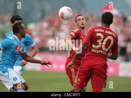 20.07.2012, Arco, Italia. Camilo Zuniga, Diego Contento in azione durante il cordiale Partita di calcio FC Bayern Foto Stock